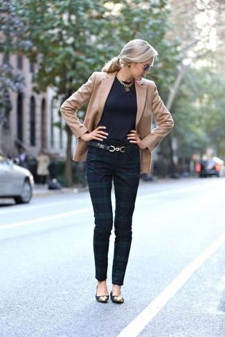 Cómo combinar: blazer marrón claro, pantalones pitillo de tartán en azul marino y verde, bailarinas de ante negras, correa de cuero negra