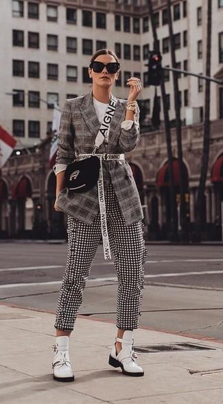 Cómo combinar: blazer de tartán en marrón oscuro, pantalones pitillo de cuadro vichy en negro y blanco, botines de cuero con recorte blancos, bolso bandolera de ante negro