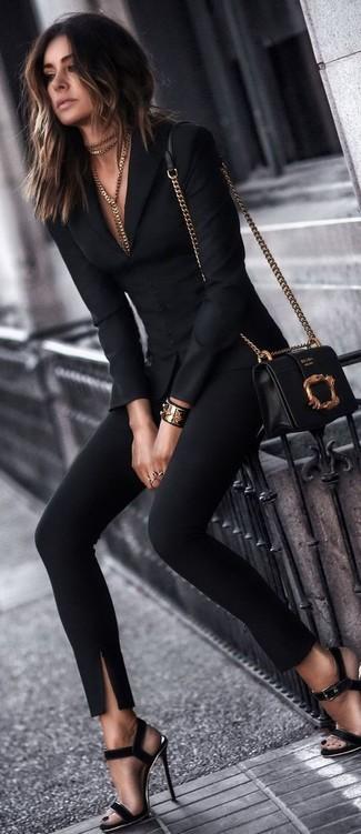 Haz de un blazer negro de mujeres de Gucci y unos pantalones pitillo negros tu atuendo para conseguir una apariencia relajada pero chic. Sandalias de tacón de ante negras son una opción excelente para completar este atuendo.
