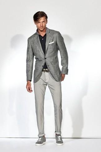 Cómo combinar un pantalón chino gris: Elige un blazer a cuadros gris y un pantalón chino gris para el after office. Si no quieres vestir totalmente formal, haz tenis de lona grises tu calzado.