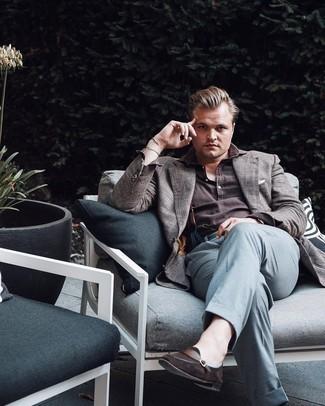 Cómo combinar unos tirantes: Para un atuendo tan cómodo como tu sillón usa un blazer de tartán gris y unos tirantes. ¿Te sientes ingenioso? Dale el toque final a tu atuendo con mocasín de ante en marrón oscuro.