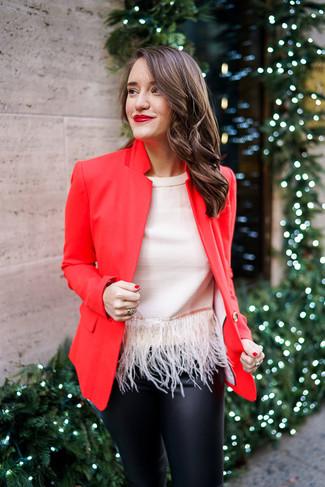 Cómo combinar: blazer rojo, blusa sin mangas сon flecos en beige, pantalones pitillo de cuero negros