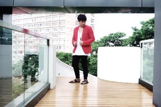 Cómo combinar: blazer rojo, camiseta con cuello en v blanca, pantalón de chándal negro, sandalias de cuero negras