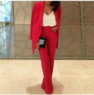 Cómo combinar: blazer rojo, camiseta sin manga de seda blanca, pantalones anchos rojos, cartera sobre de rayas verticales en negro y blanco