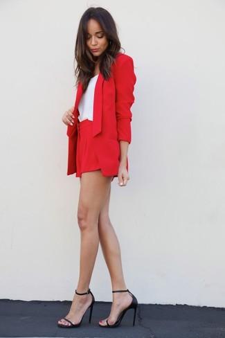 Look de Ashley Madekwe: Blazer Rojo, Camiseta sin Manga Blanca, Pantalones Cortos Rojos, Sandalias de Tacón de Cuero Negras