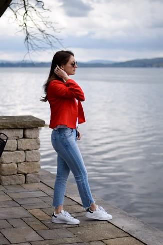 Cómo combinar: blazer rojo, camiseta sin manga blanca, vaqueros celestes, tenis de cuero en blanco y negro