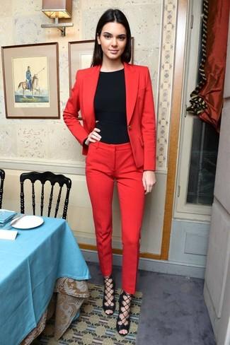 Cómo combinar: blazer rojo, camiseta sin manga negra, pantalón de vestir rojo, sandalias de tacón de cuero negras