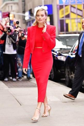 Cómo combinar: blazer rojo, top corto rojo, falda midi roja, sandalias de tacón de cuero doradas