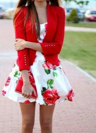 Cómo combinar: blazer rojo, vestido de vuelo con print de flores en blanco y rojo, cartera sobre de cuero roja
