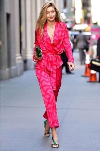 Un blazer estampado rosa y una cartera sobre de cuero verde oscuro de mujeres de Loeffler Randall son el combo perfecto para llamar la atención por una buena razón. Sandalias de tacón de satén verde oscuro dan un toque chic al instante incluso al look más informal.