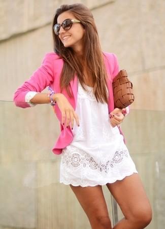Look de moda: Blazer rosa, Vestido casual de encaje blanco, Cartera sobre de cuero tejida marrón, Gafas de sol en marrón oscuro
