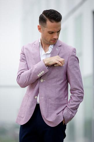 Cómo combinar: blazer rosado, camisa de manga larga blanca, pantalón chino azul marino, pañuelo de bolsillo en beige