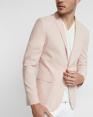 Cómo combinar: blazer rosado, camiseta con cuello en v blanca, pantalón chino blanco