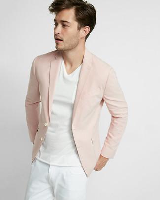 Cómo combinar: blazer rosado, camiseta con cuello en v blanca, vaqueros blancos