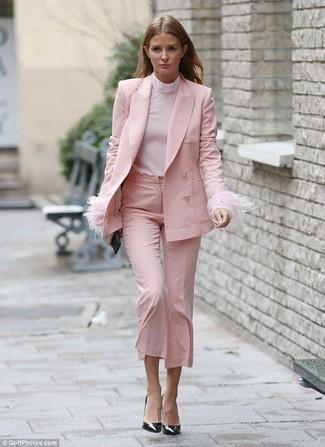 Cómo combinar un jersey de cuello alto rosado: Opta por un jersey de cuello alto rosado y una falda pantalón rosada para una apariencia fácil de vestir para todos los días. Zapatos de tacón de cuero negros son una opción buena para completar este atuendo.