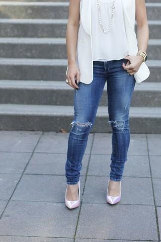 Cómo combinar: blazer sin mangas blanco, blusa sin mangas blanca, vaqueros pitillo desgastados azules, zapatos de tacón de cuero rosados