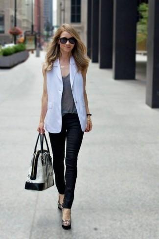 Cómo combinar: blazer sin mangas blanco, camiseta sin manga gris, vaqueros pitillo de cuero negros, zapatos de tacón de cuero negros