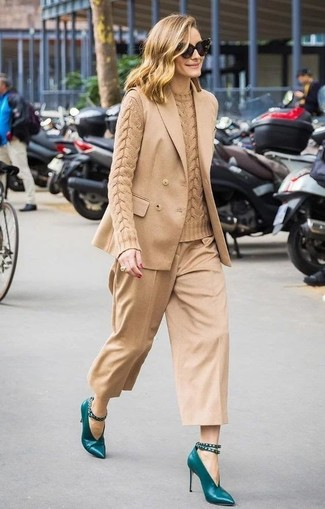 Cómo combinar: blazer sin mangas marrón claro, jersey de ochos marrón claro, falda pantalón marrón claro, zapatos de tacón de cuero en verde azulado