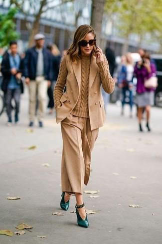 Cómo combinar: blazer sin mangas marrón claro, jersey de ochos marrón claro, falda pantalón marrón claro, zapatos de tacón de cuero verde oscuro