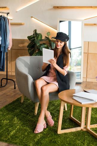 Cómo combinar: blazer sin mangas negro, vestido recto rosado, chinelas de ante rosadas, gorra inglesa negra