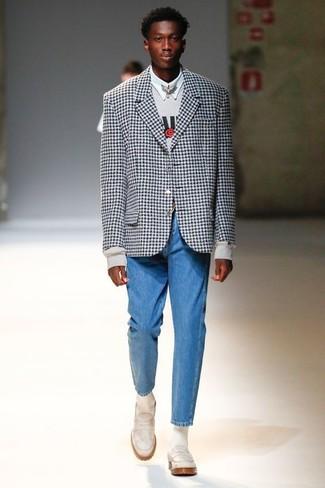 Cómo combinar: blazer de cuadro vichy en negro y blanco, sudadera estampada gris, camisa de vestir blanca, vaqueros azules