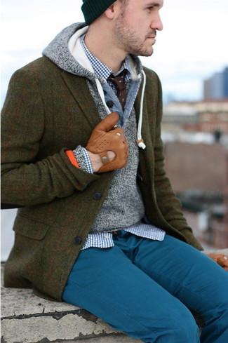 Cómo combinar: blazer de lana de tartán verde oliva, sudadera con capucha gris, camisa de manga larga de cuadro vichy en blanco y azul marino, pantalón chino en verde azulado