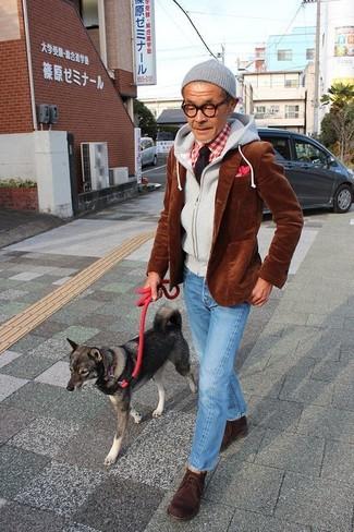 Cómo combinar: blazer de pana marrón, sudadera con capucha gris, camisa de manga larga de cuadro vichy en rojo y blanco, vaqueros celestes