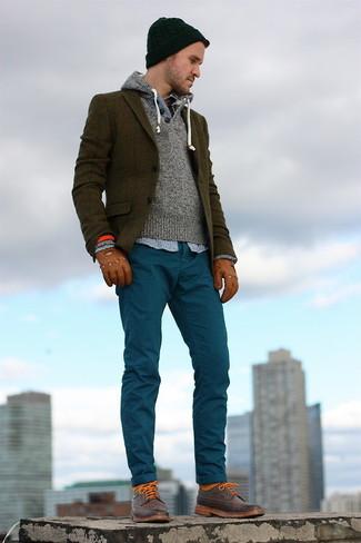 Empareja un blazer de tartán verde oliva con un pantalón chino verde azulado para lograr un look de vestir pero no muy formal. Un par de botas safari de cuero marrónes se integra perfectamente con diversos looks.