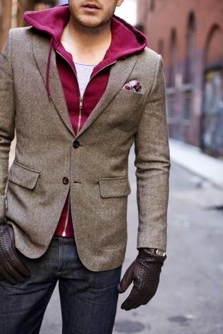 Look de moda: Blazer de lana marrón, Sudadera con capucha burdeos, Camiseta sin mangas gris, Vaqueros azul marino