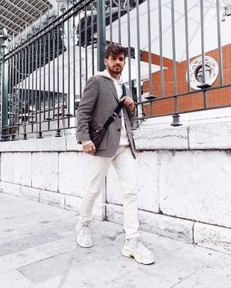 Cómo combinar: blazer de pata de gallo en negro y blanco, sudadera con capucha blanca, vaqueros estampados blancos, deportivas blancas