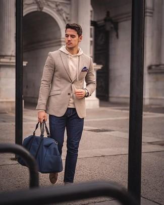 Cómo combinar un pañuelo de bolsillo estampado morado: Un blazer de lana en beige y un pañuelo de bolsillo estampado morado son tu atuendo para salir los días de descanso. Elige un par de tenis de ante marrónes para mostrar tu inteligencia sartorial.