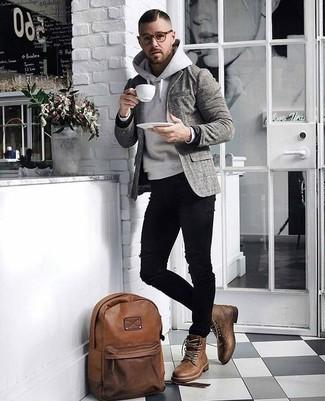 Cómo combinar: blazer de lana de tartán gris, sudadera con capucha gris, vaqueros pitillo desgastados negros, botas casual de cuero marrónes