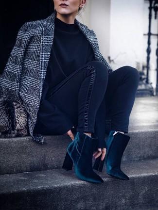 Cómo combinar: blazer de lana de tartán gris, sudadera negra, leggings negros, botines de terciopelo en verde azulado