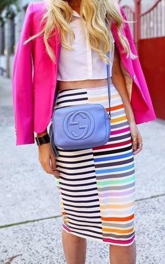Cómo combinar un blazer rosa: Intenta ponerse un blazer rosa y una falda lápiz de rayas horizontales en multicolor para un almuerzo en domingo con amigos.