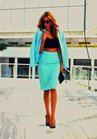 Cómo combinar: blazer en turquesa, top corto negro, falda lápiz en turquesa, zapatos de tacón de cuero negros