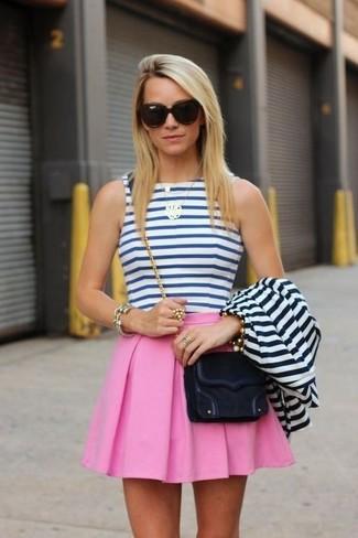 Cómo combinar: blazer de rayas horizontales en blanco y azul marino, top corto de rayas horizontales en blanco y azul, falda skater rosada, bolso bandolera de ante negro