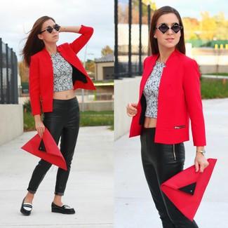 f334d0a1 Look de moda: Blazer rojo, Top corto con print de flores gris ...