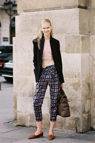 Cómo combinar: blazer negro, top corto rosado, pantalón capri de tartán en gris oscuro, mocasín de cuero marrónes