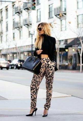 Cómo combinar: blazer de terciopelo negro, top corto negro, pantalón de pinzas de leopardo marrón claro, zapatos de tacón de cuero negros