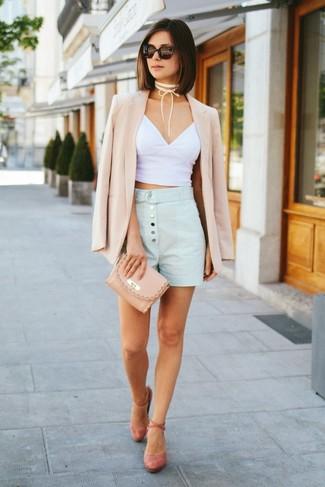Cómo combinar: blazer en beige, top corto blanco, pantalones cortos celestes, zapatos de tacón de ante rosados