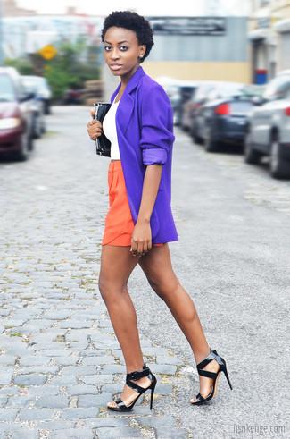 Equípate un blazer violeta con unos pantalones cortos naranjas para cualquier sorpresa que haya en el día. Elige un par de sandalias de tacón de cuero negras para mostrar tu lado fashionista.