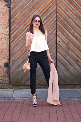 Cómo combinar: blazer rosado, top corto plisado blanco, pantalones pitillo negros, sandalias de tacón de cuero negras