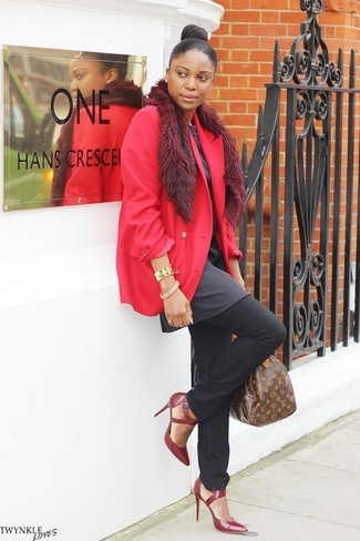 Cómo combinar: blazer rojo, túnica en gris oscuro, vaqueros negros, zapatos de tacón de cuero burdeos