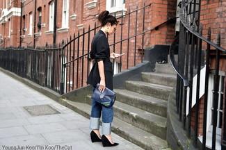 Cómo combinar: blazer de rayas verticales negro, vaqueros boyfriend azules, zapatos con cuña de ante negros, cartera sobre de cuero azul marino