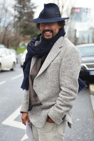 Cómo combinar: blazer de lana gris, vaqueros blancos, sombrero de lana azul marino, bufanda de rayas verticales azul marino