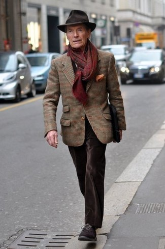 Cómo combinar: blazer de lana de tartán marrón, vaqueros de terciopelo en marrón oscuro, zapatos derby de ante en marrón oscuro, sombrero de lana en marrón oscuro