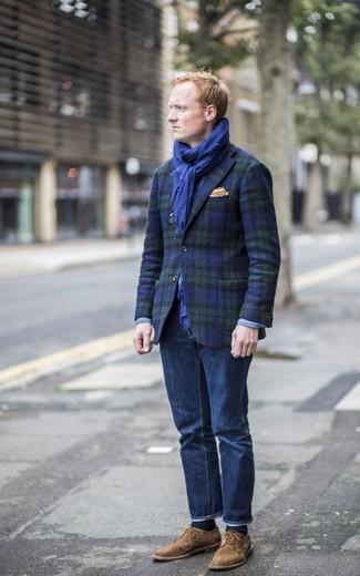 Cómo combinar: blazer de tartán en azul marino y verde, vaqueros azul marino, zapatos derby de ante marrónes, pañuelo de bolsillo naranja