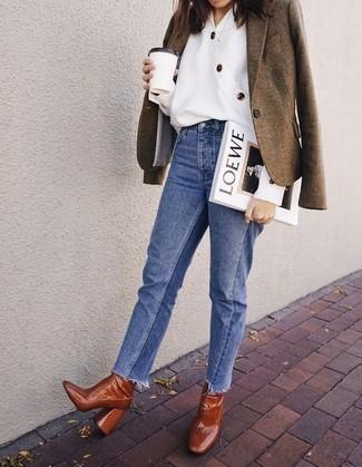Cómo combinar: blazer de lana verde oliva, blusa de botones blanca, vaqueros azules, botines de cuero en tabaco