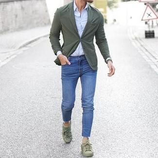 Cómo combinar: blazer de algodón verde oliva, camisa de vestir celeste, vaqueros pitillo azules, tenis verde oliva