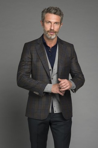 Cómo combinar: blazer de lana a cuadros verde oliva, cárdigan gris, camisa polo azul marino, pantalón de vestir negro